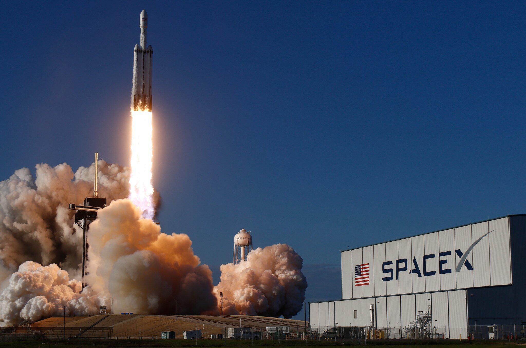 Bild zu US-Unternehmen will mit SpaceX Touristen ins All schießen