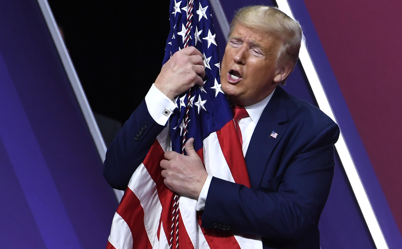 Bild zu Donald Trump, Fahne, Umarmung, Liebe