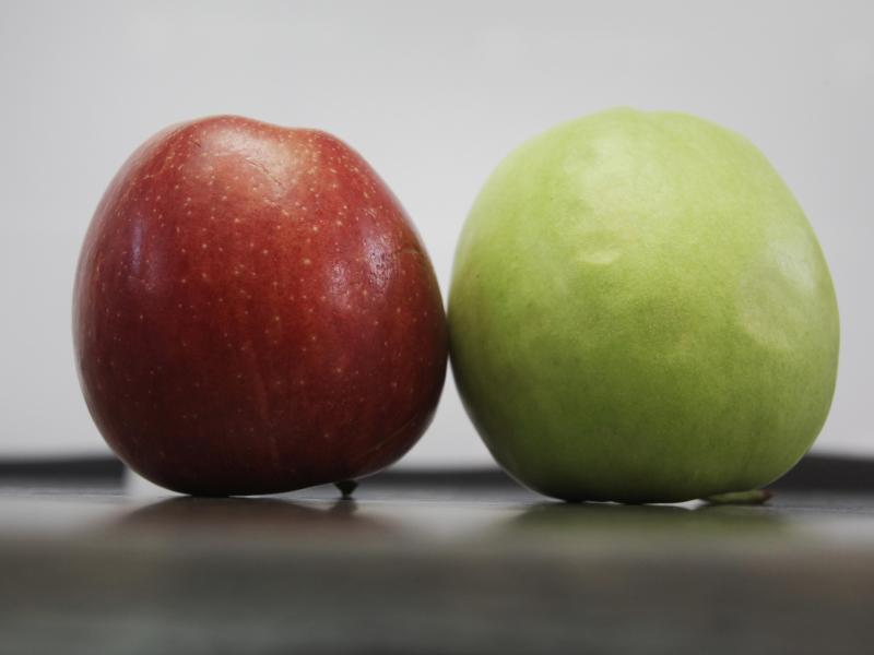 Bild zu Ein roter und ein grüner Apfel