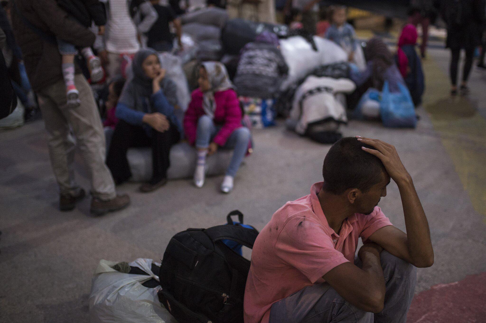 Bild zu Flüchtlinge und Migranten kommen im Hafen von Piräus an