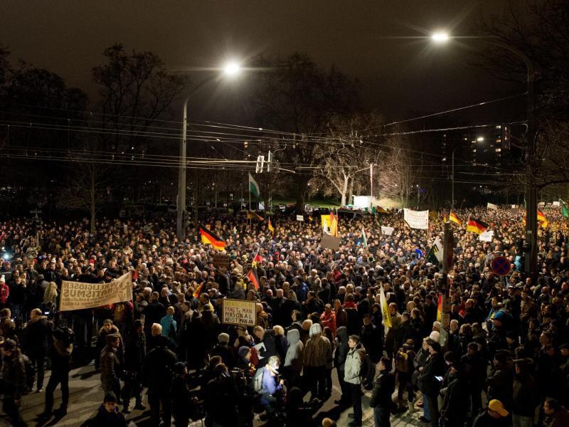 Bild zu 15 000 Demonstranten
