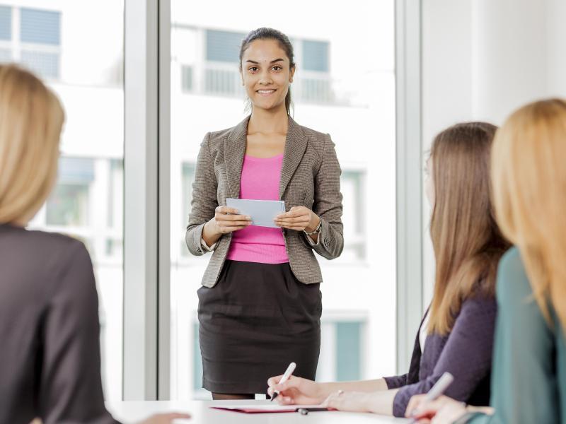 Bild zu Eine Frau hält einen Vortrag