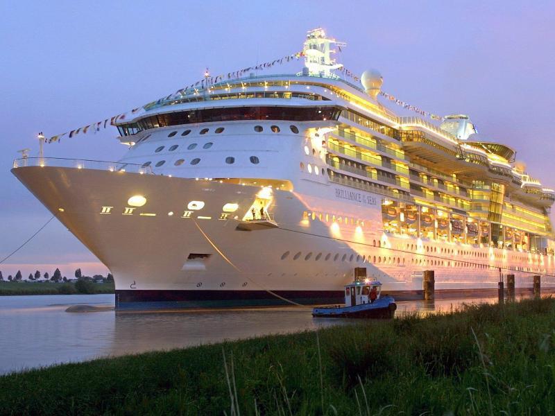 Bild zu Kreuzfahrtschiff am Abend