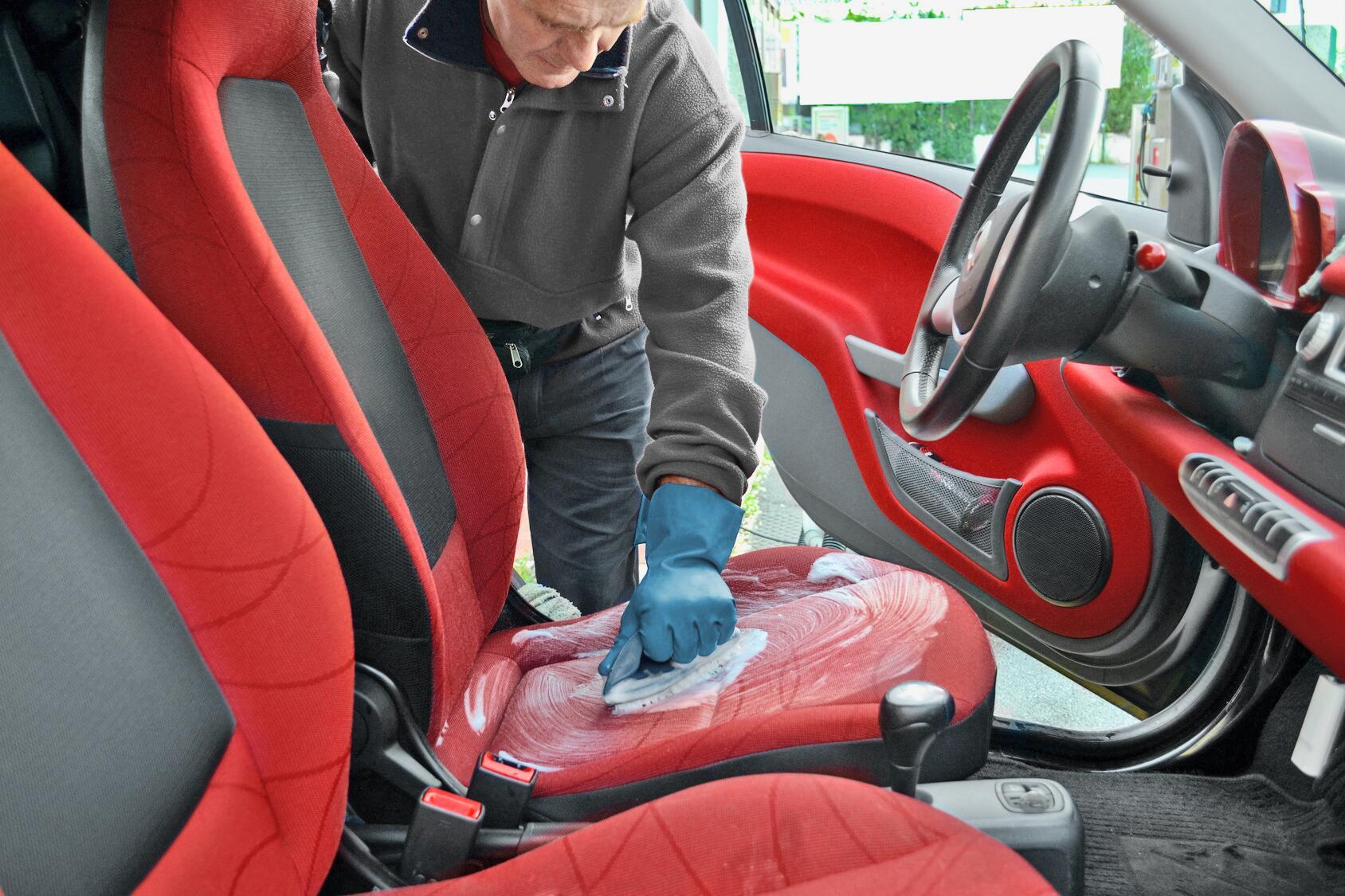 Bild zu Autositze feucht und mit Polsterschaum reinigen