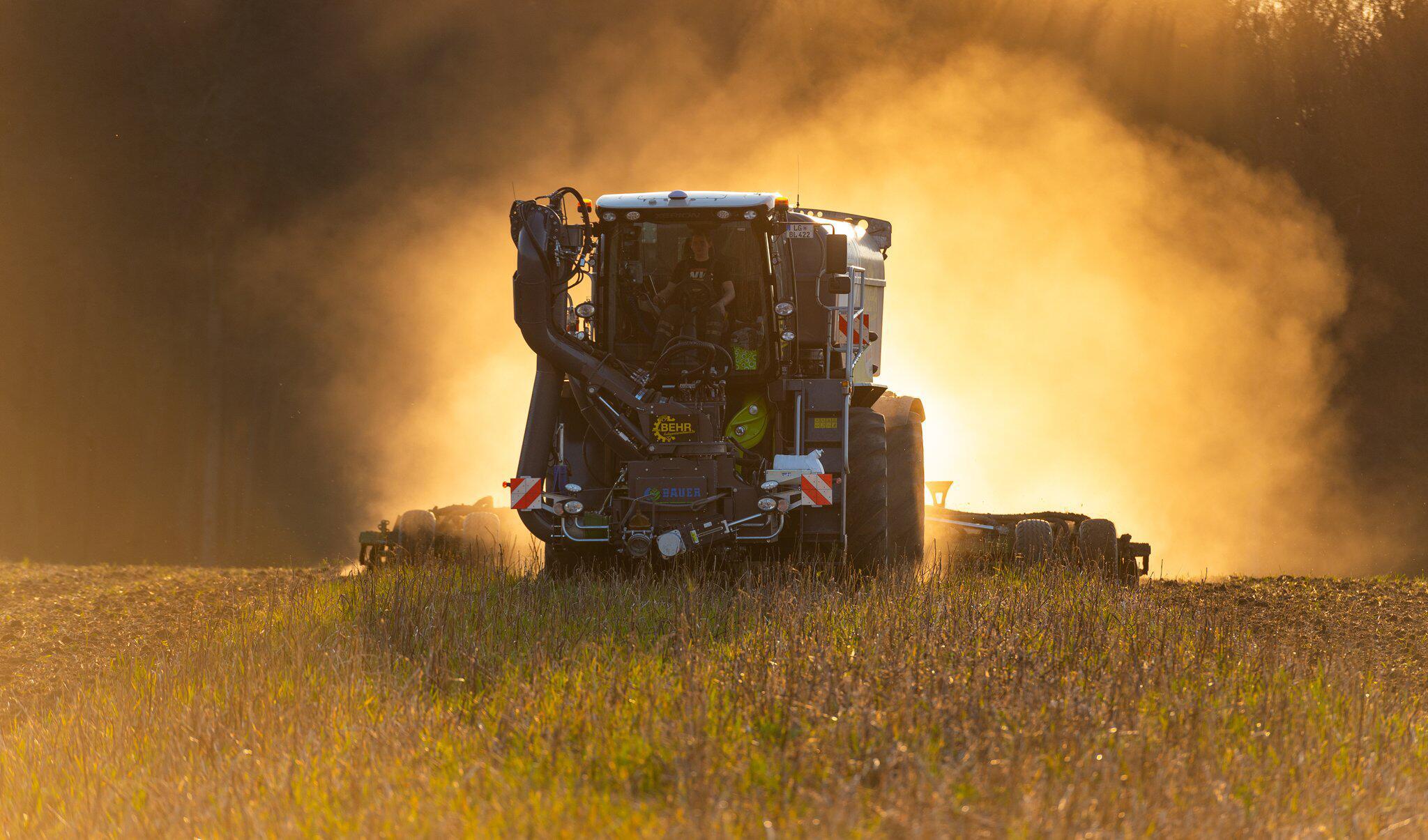 Bild zu Landwirt düngt Feld