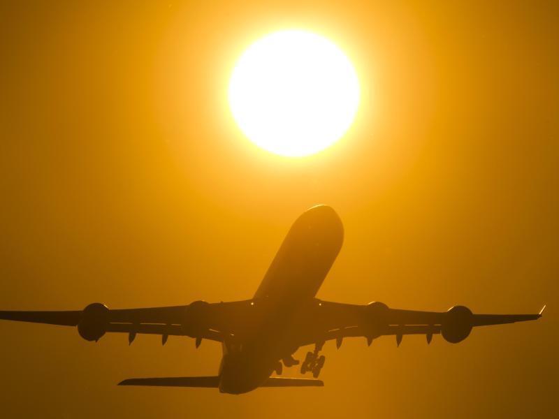 Bild zu Flieger startet in der Abendsonne