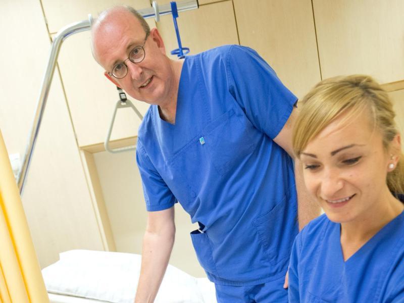 Bild zu Arzt und Schwester untersuchen Patienten