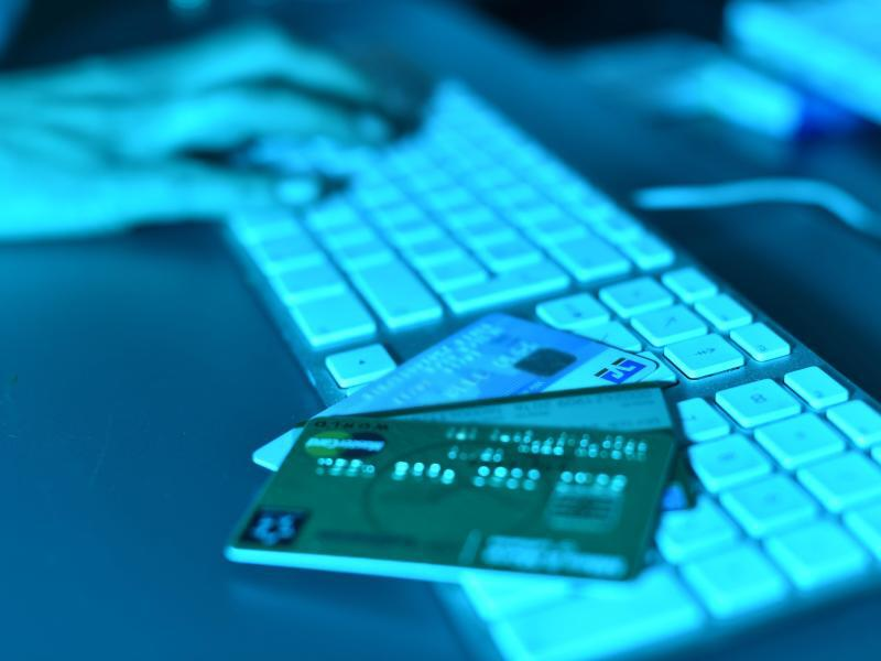 Bild zu Computertastatur mit Kreditkarten