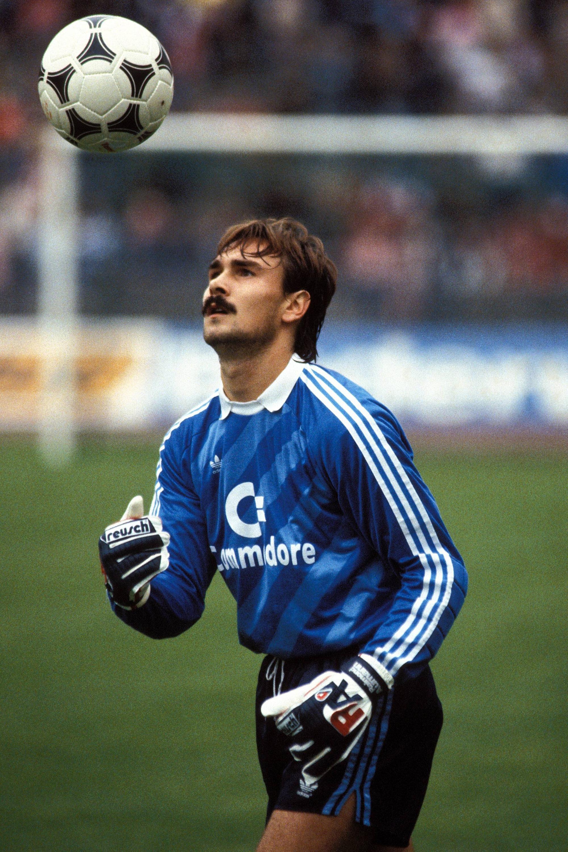 Bild zu Raimond Aumann, FC Bayern München, Bundesliga, Ball, 1984/85