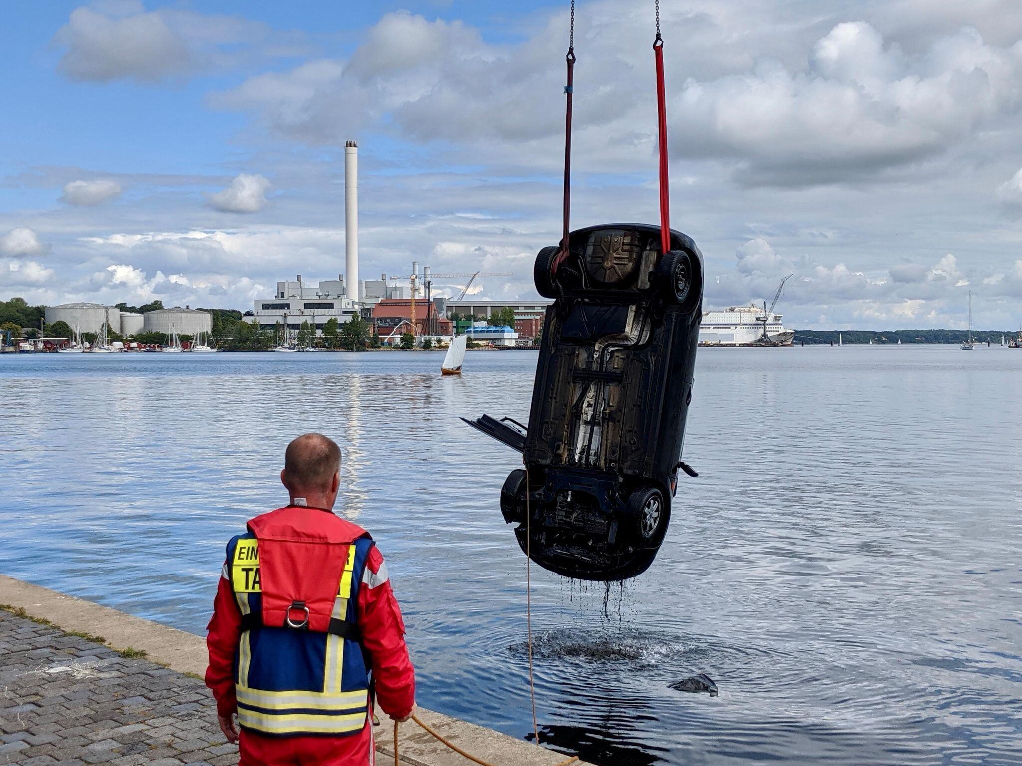 Bild zu Autofahrer flüchtet in Hafenbecken