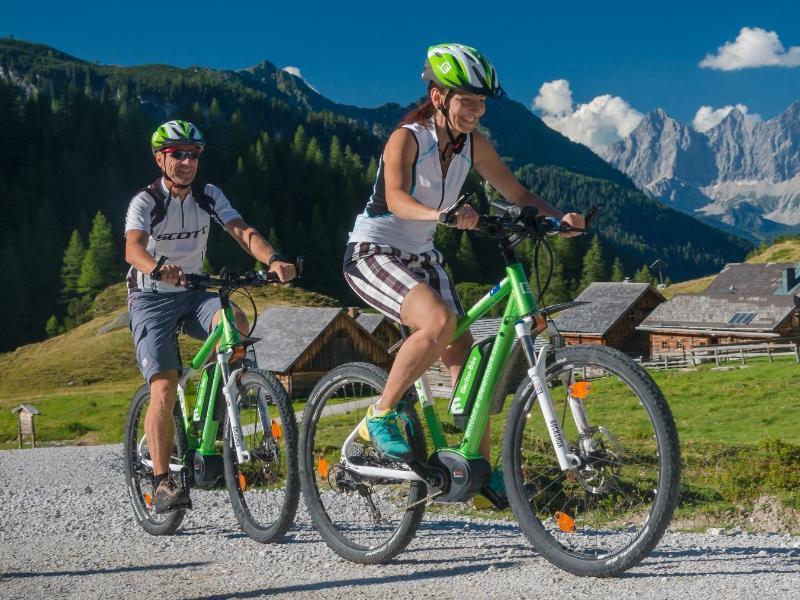Bild zu Radfahrer im Gelände unterwegs