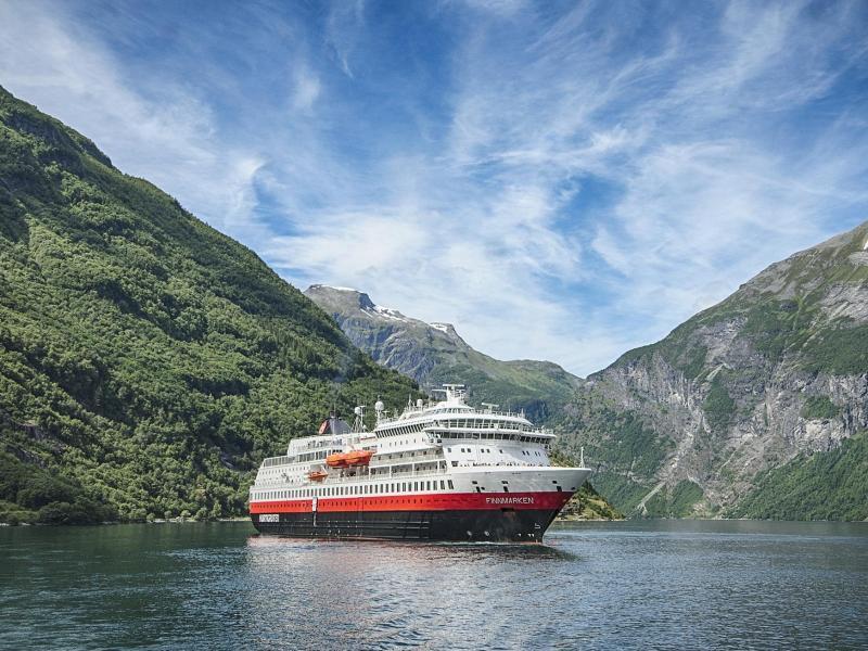 Bild zu Hurtigruten-Schiff