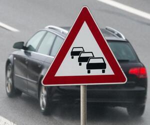 Ein Auto fährt auf der Autobahn