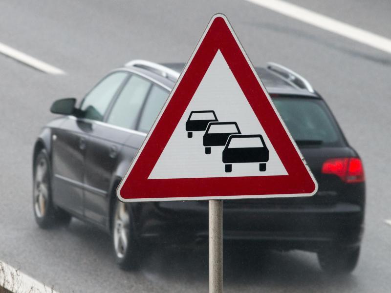 Bild zu Ein Auto fährt auf der Autobahn