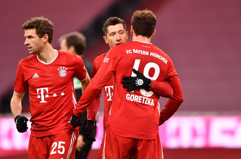 Bild zu Der FC Bayern um die Offensive Müller, Lewandowski und Goretzka will gegen Kiel jubeln.