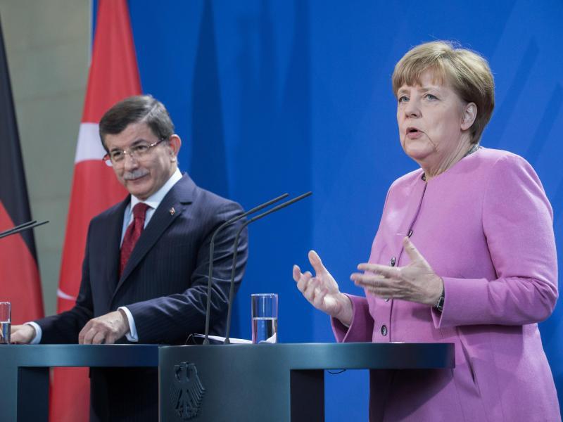 Bild zu Merkel und Davutoglu geben PK