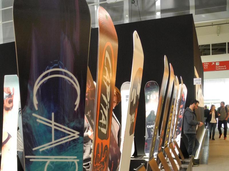 Bild zu Ispo-Stand mit Snowboards