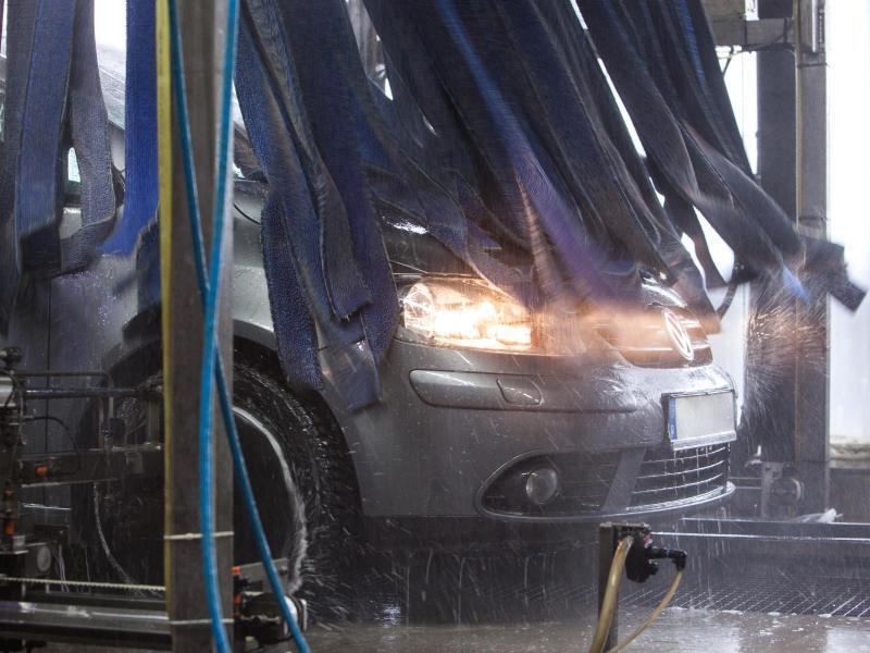 Bild zu Auto in Waschanlage