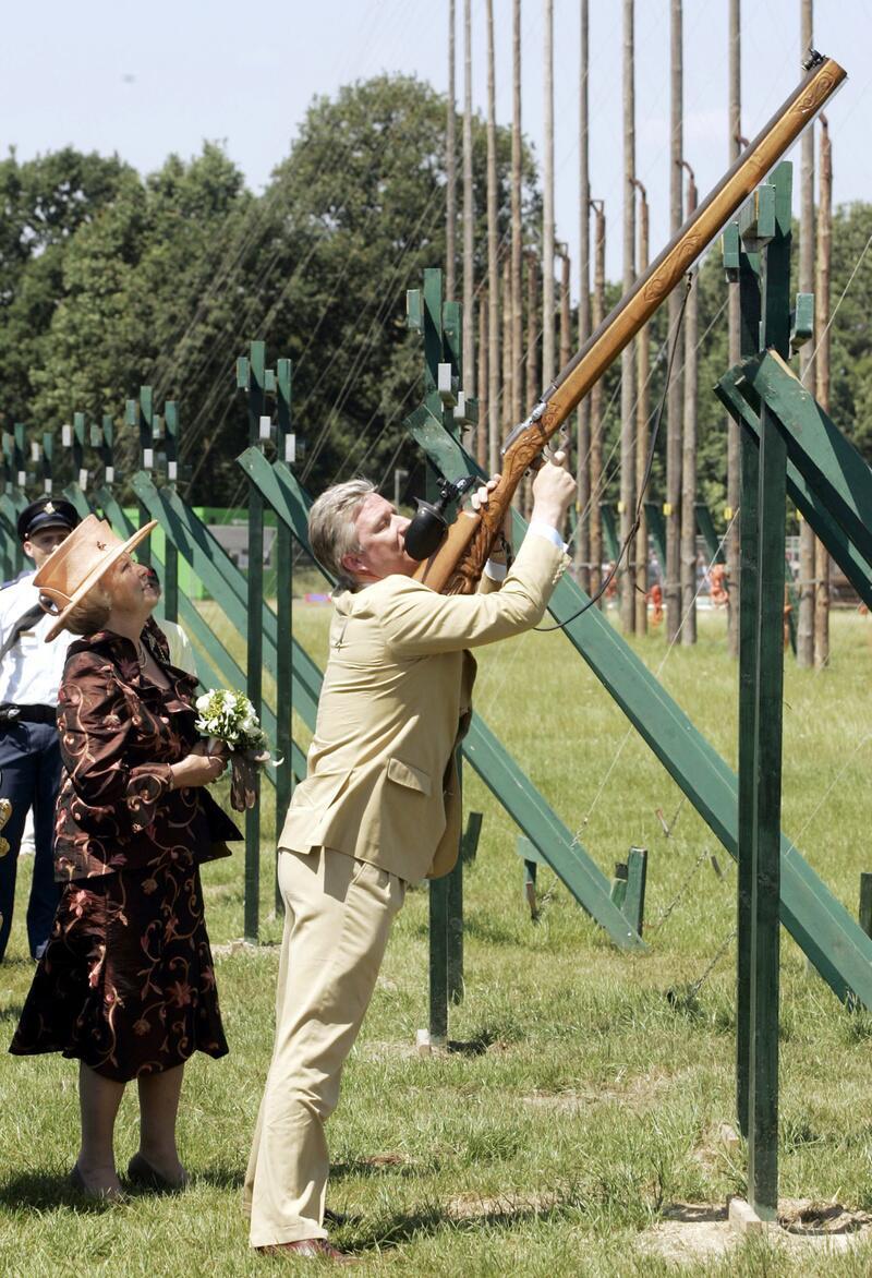 Bild zu Prinz Philipp schultert jedes Gewehr