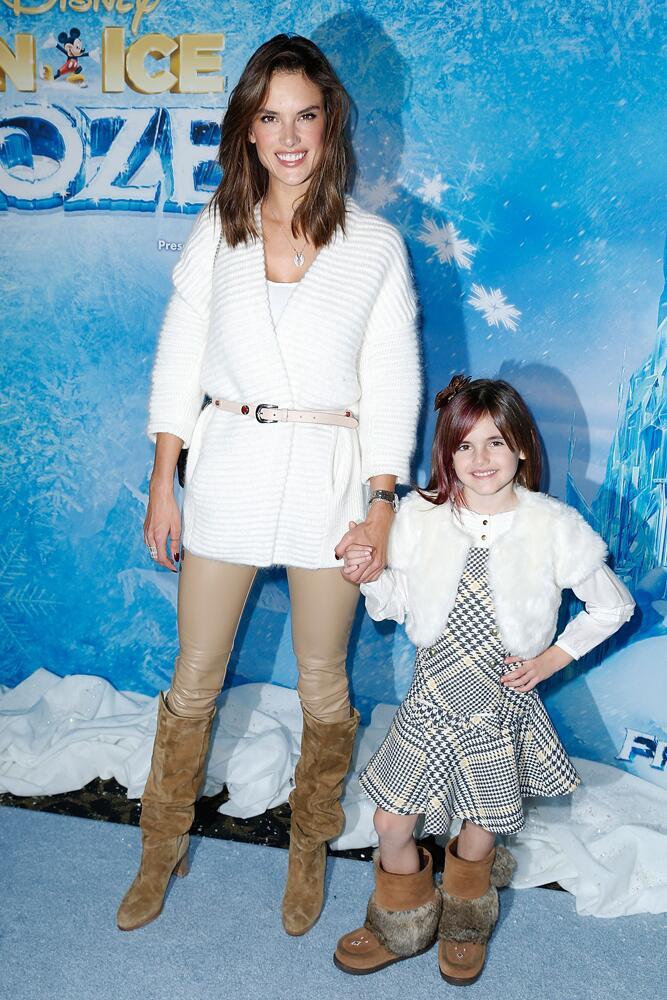 Bild zu Alessandra Ambrosio mit Tochter bei einer Filmpremiere