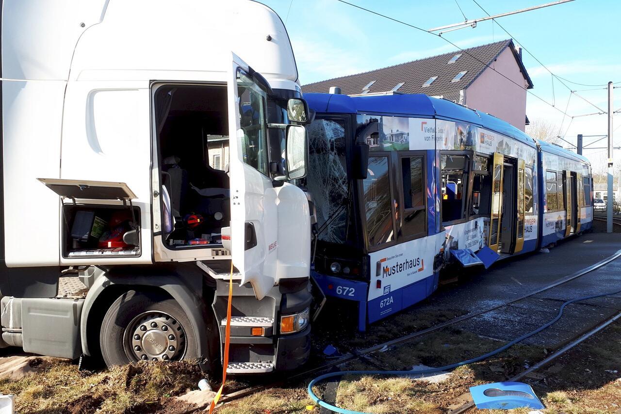 Bild zu Zusammenstoß Straßenbahn und Lkw in Kassel