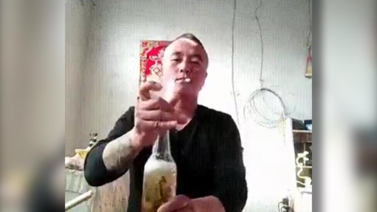 Bild zu Chinese trinkt Bier mit lebendigen Fischen auf ex