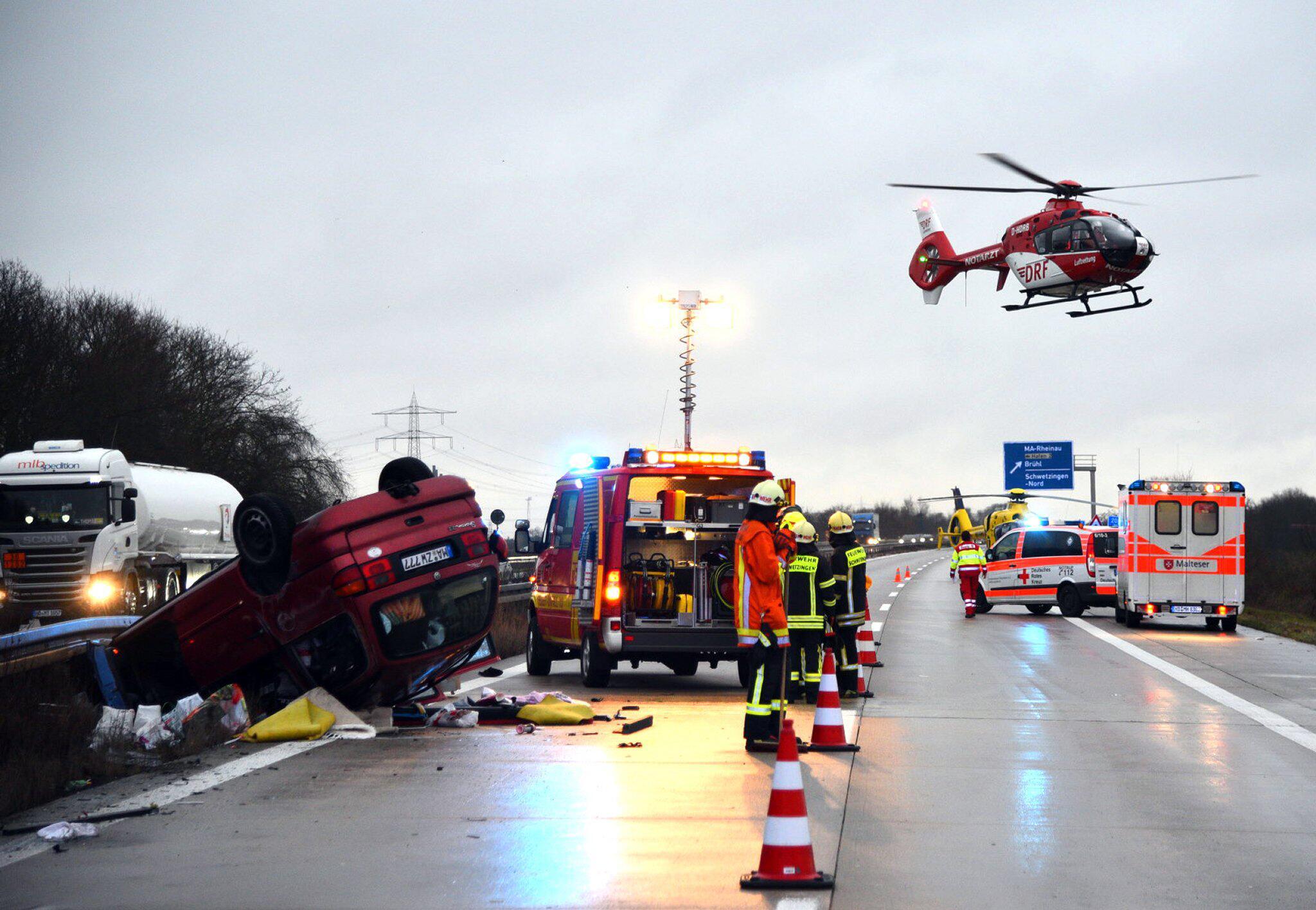 Bild zu Sechs Verletzte bei Unfall auf A6 bei Mannheim - Affe im Auto