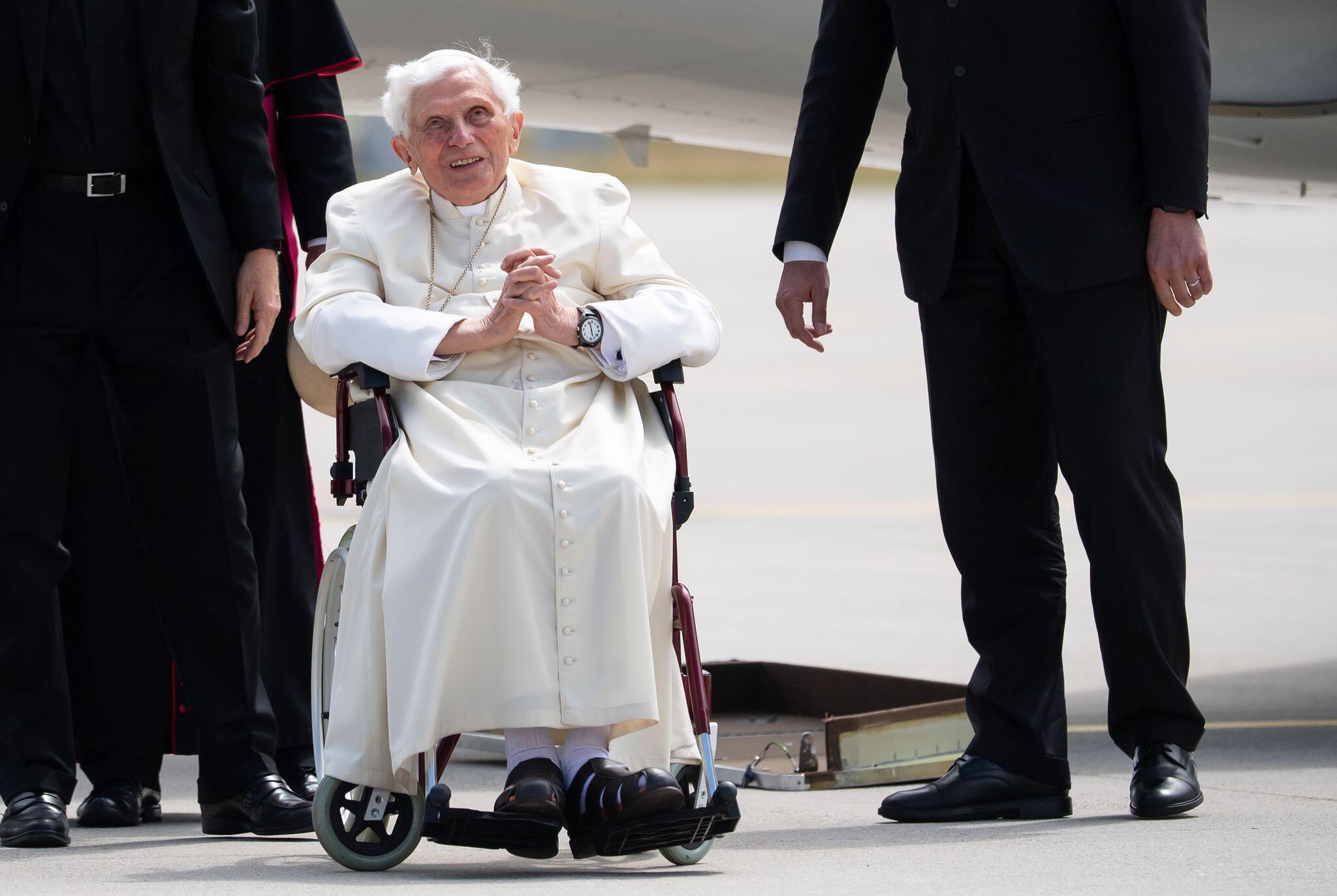 Bild zu Papst Benedikt reist zurück in den Vatikan