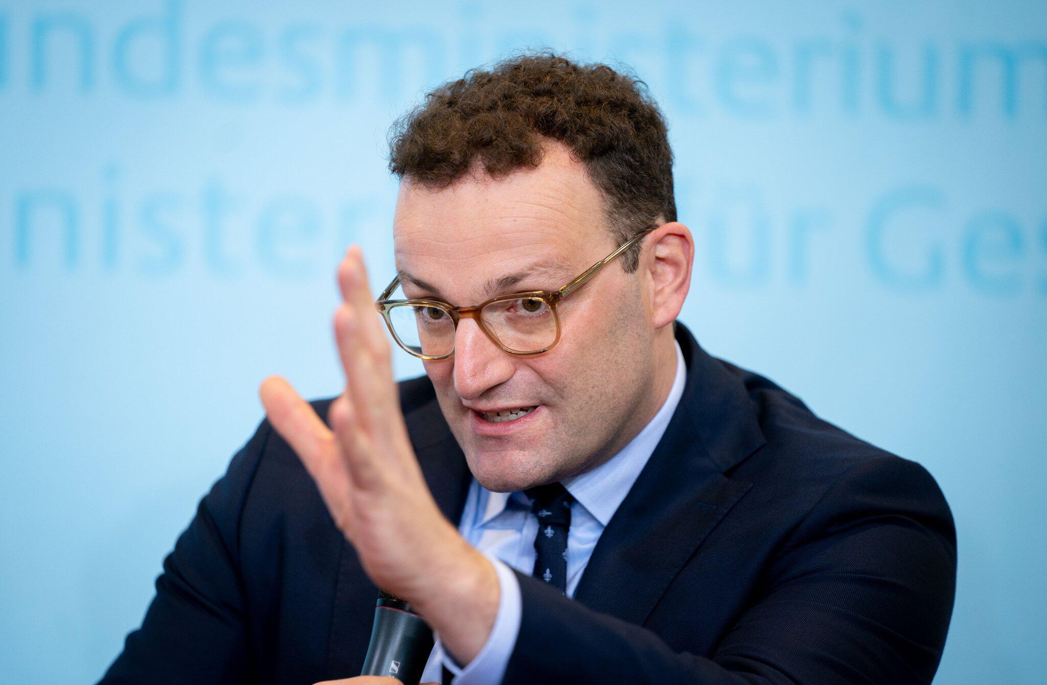 Bild zu Rückendeckung für Merkel und AKK - Spahn kontert Merz-Kritik