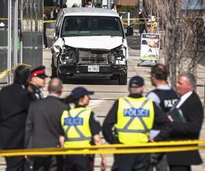 Lieferwagen fährt in Toronto in Menschengruppe