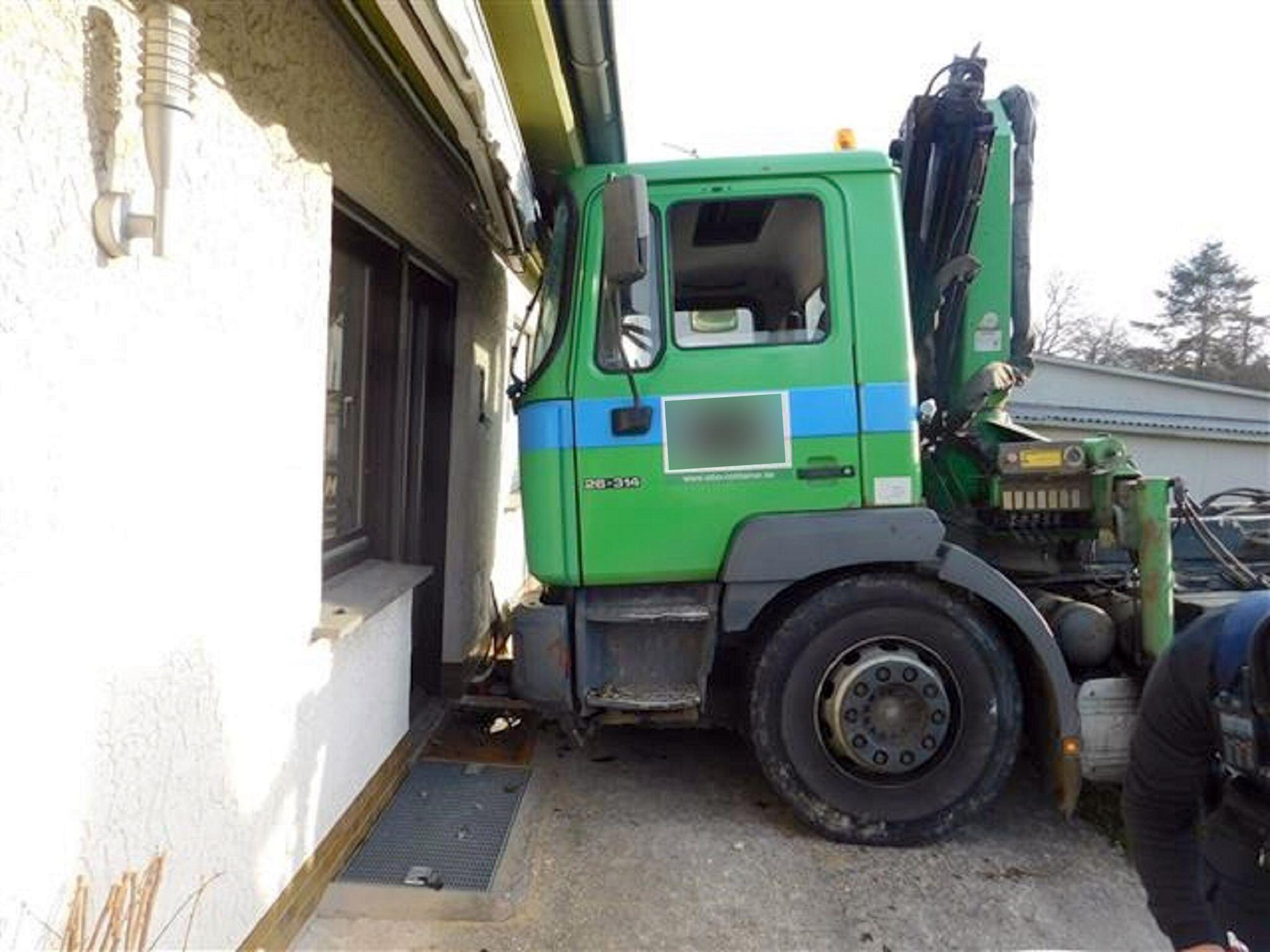 Bild zu Lastwagen rollt gegen Hauswand