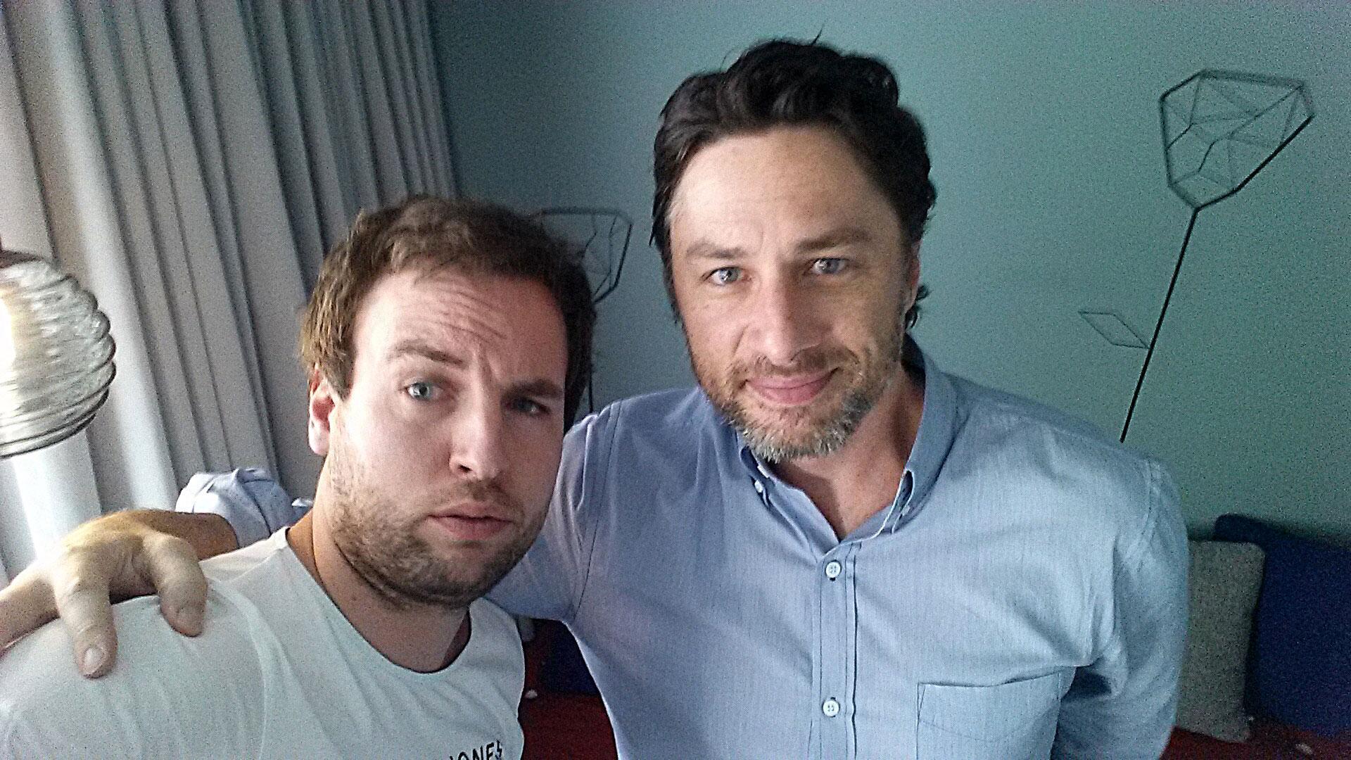 Bild zu Selfie: Redakteur Andreas Maciejewski (li.) mit Zach Braff.