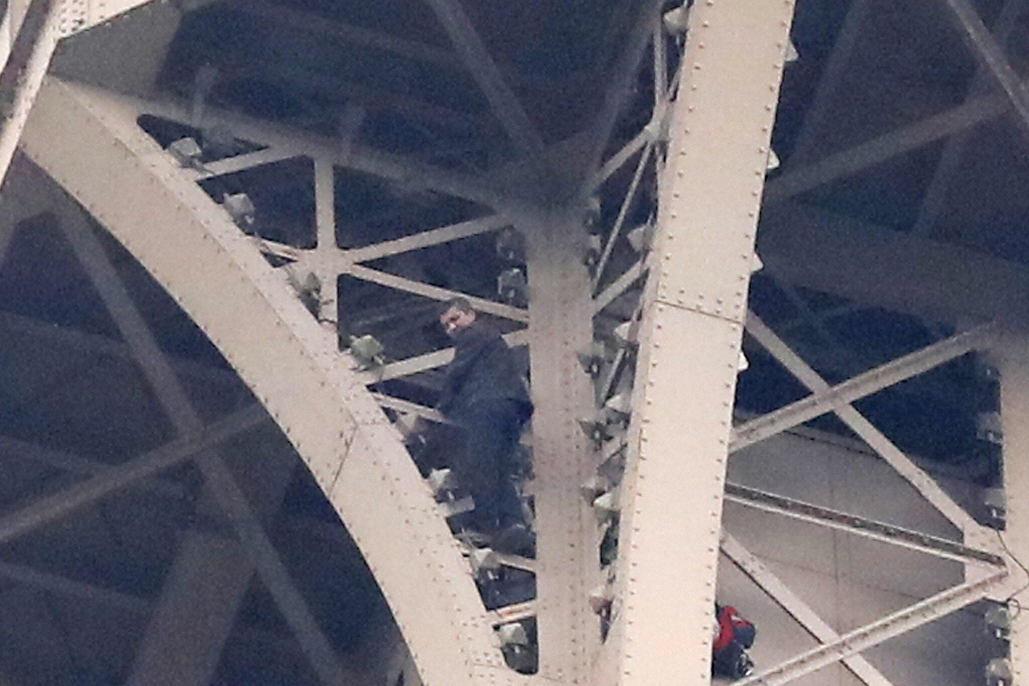 Bild zu Eiffelturm in Paris gesperrt