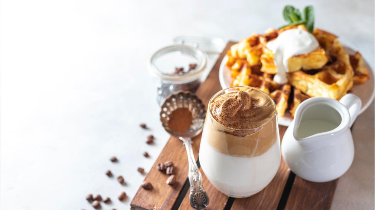 Bild zu Der schaumige Kaffee-Trend Dalgona erobert die sozialen Medien.