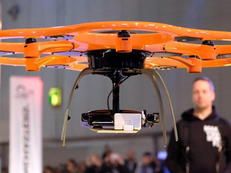 Bild zu Cebit: Stand der Firma «Dronemasters»