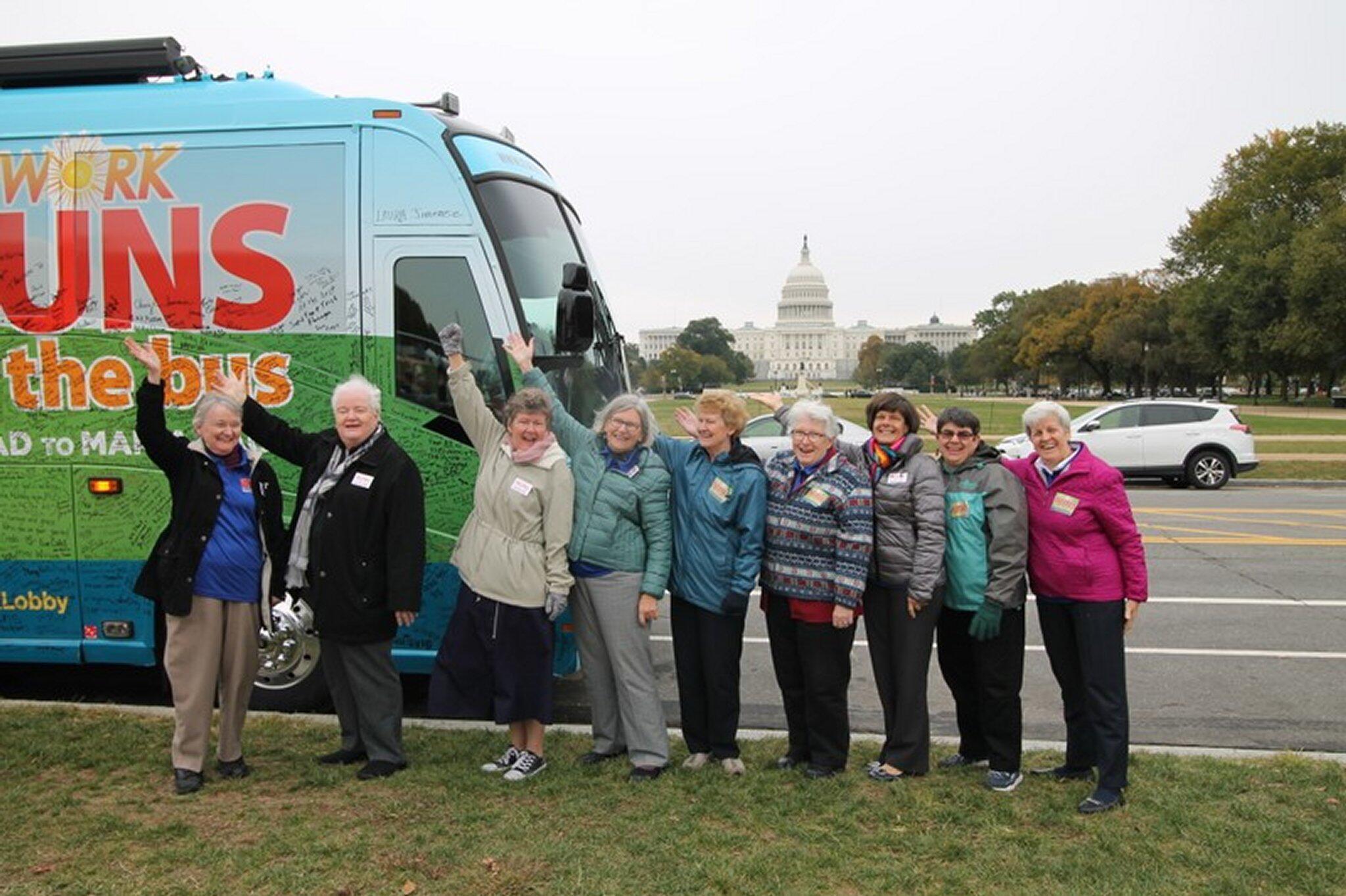 Bild zu Nonnen auf Bustour gegen Trump