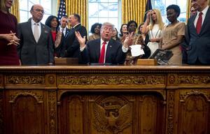Donald Trump unterzeichnet Frauen-Initiative