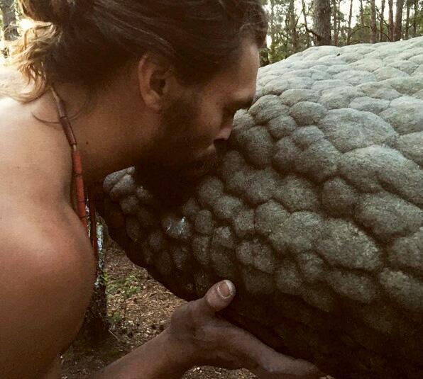 Bild zu Jason Momoa küsst die Natur