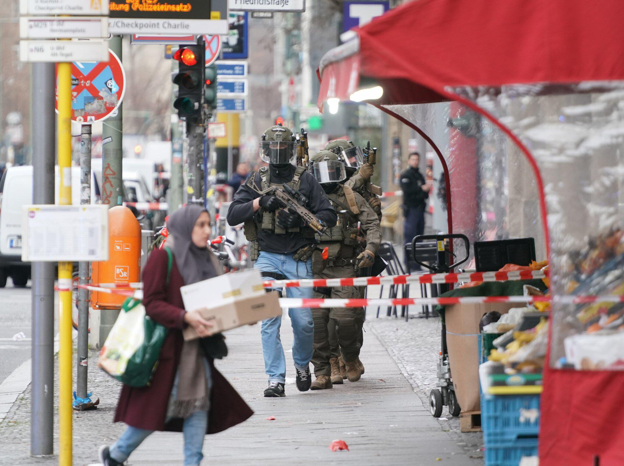 Bild zu Polizei sperrt Checkpoint Charlie ab