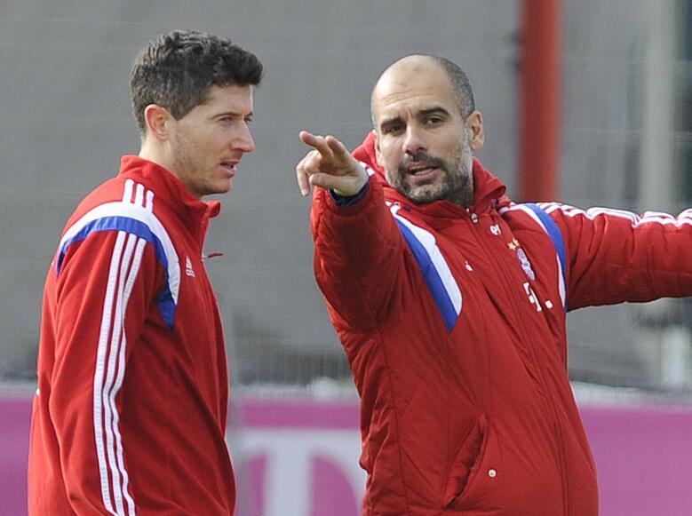 Bild zu Pep Guardiola erklärt Robert Lewandowski, wie er zu laufen hat.