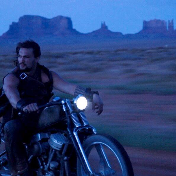 Bild zu Jason Momoa auf dem Motorrad