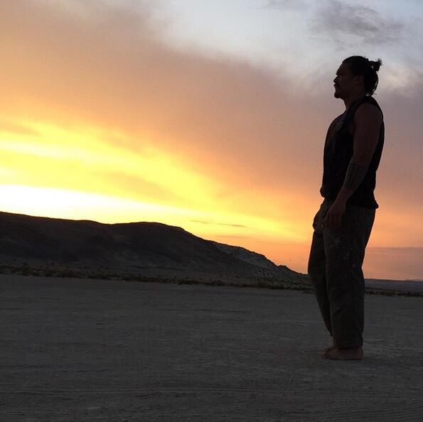Bild zu Jason Momoa im Sonnenuntergang