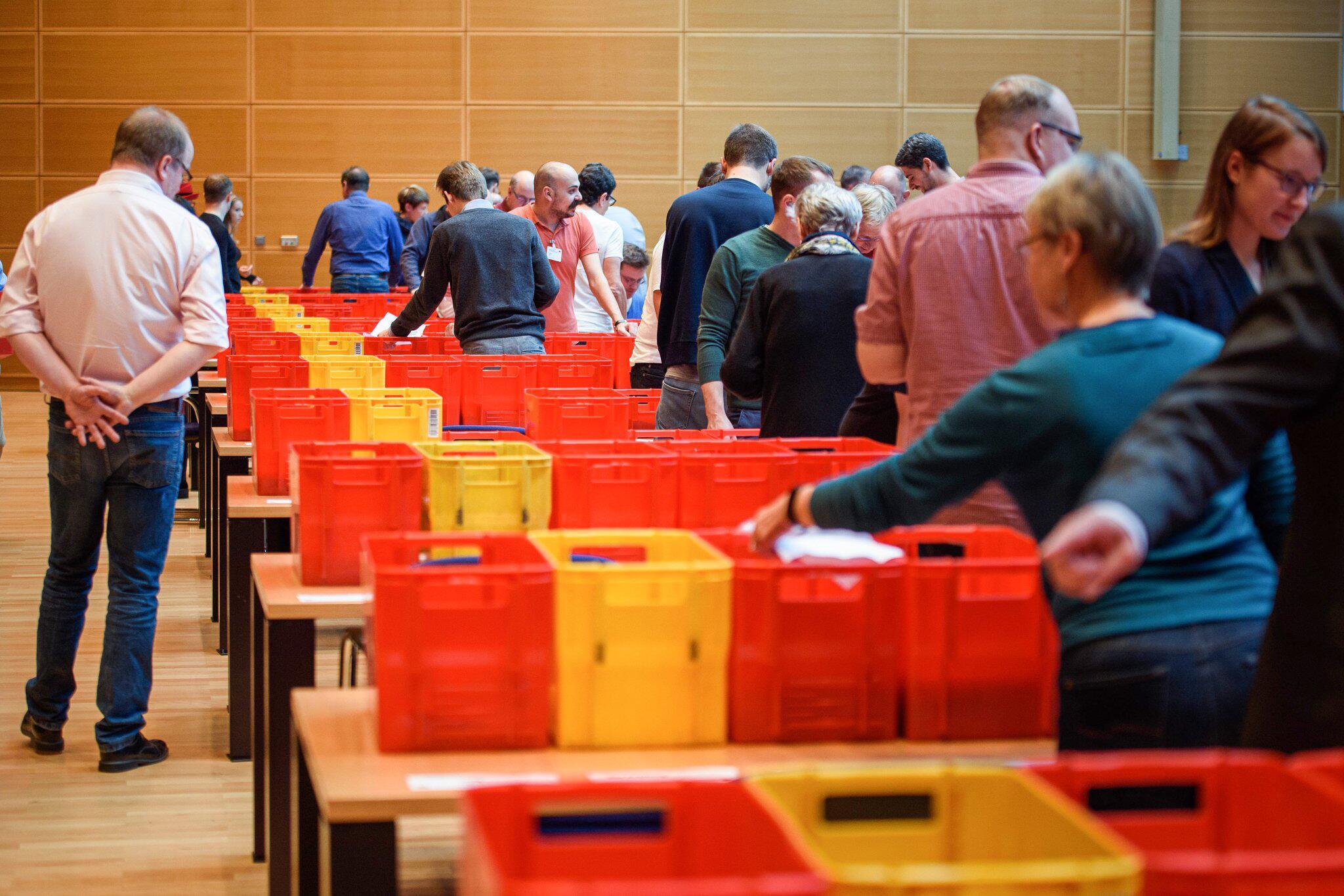 Bild zu SPD zählt Stimmen des Mitgliederentscheid