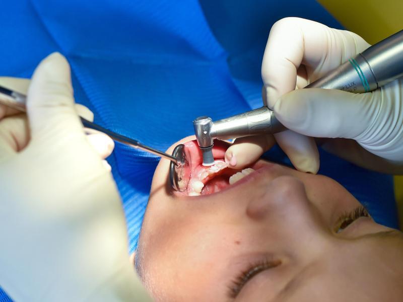 Bild zu Kind beim Zahnarzt