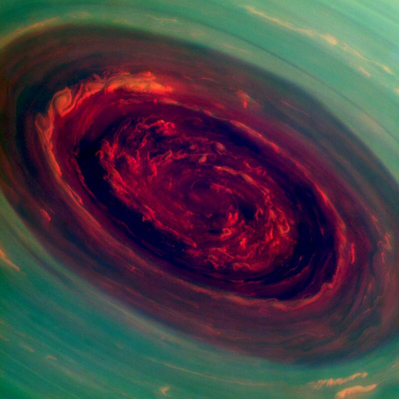 Bild zu Blutroter Hurrikan über Saturn