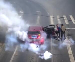 Frühstart an der Ampel: Feuerwerkskörper explodieren im Auto