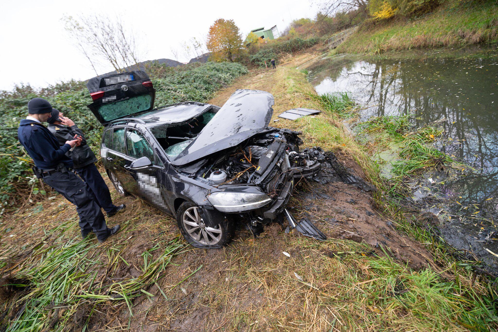 Bild zu Fahrzeug stürzt in Regenrückhaltebecken in Hamburg - zwei Tote