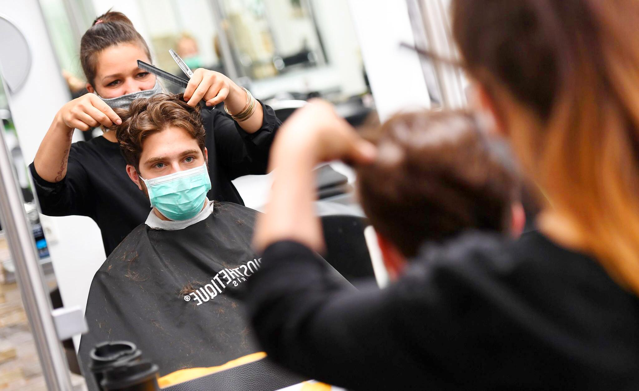 Bild zu Vor der Wiedereröffnung der Friseure in Bayern