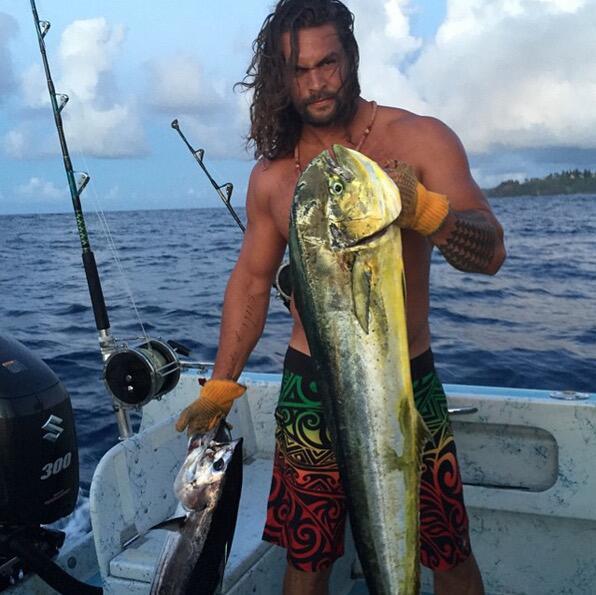 Bild zu Jason Momoa und der Riesenfisch