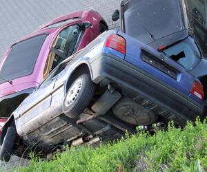 Auto in ungewöhnlicher Lage